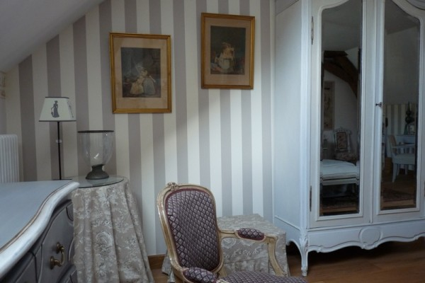 romantic-room-guest-house-burgundy
